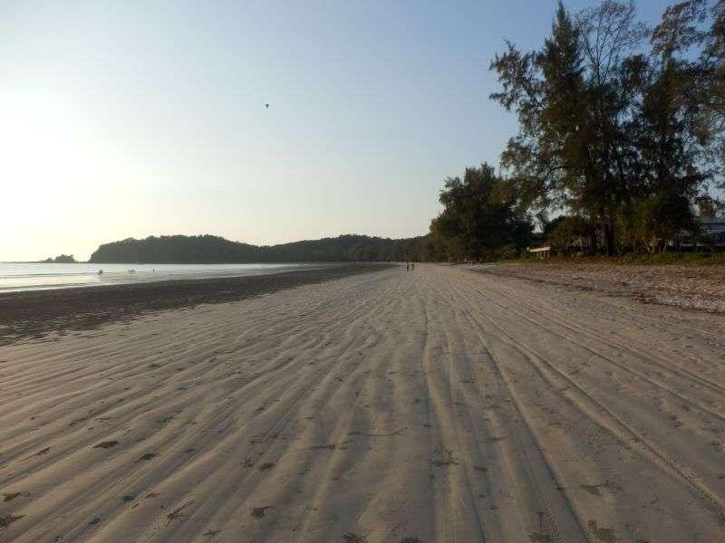 der Strand rechts vom Resort