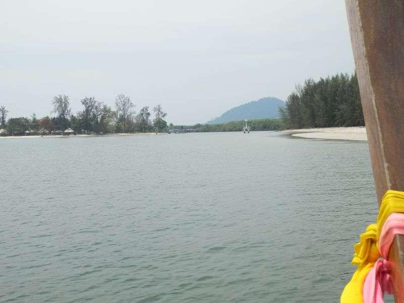 nach ca. 20 - 30 Minuten kommt dann auch schon die Einfahrt zum Hafen von Koh Libong in Sicht